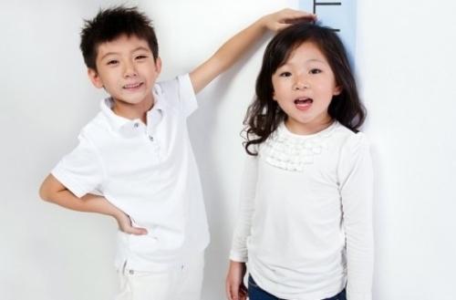 Bí kíp giúp con tăng chiều cao dù bố mẹ lùn